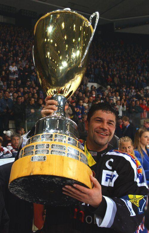 Kapitán Žemlička s pohárem